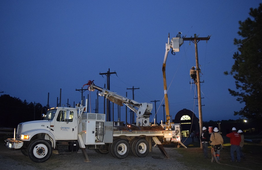 TSTC Electrical Lineworker Students Do Morning Emergency Simulation